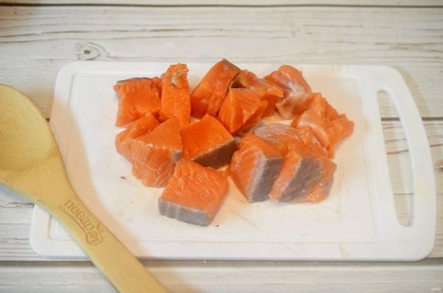 1. Рыбу помойте, отделите от костей и нарежьте кусочками.