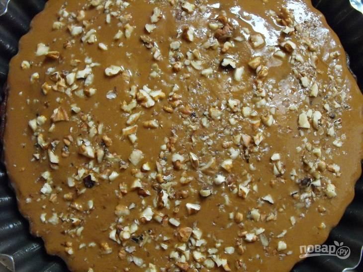 7.Готовый пирог полейте приготовленным кремом, посыпьте грецкими орехами и отправьте в выключенную, но еще теплую духовку на 2 часа.