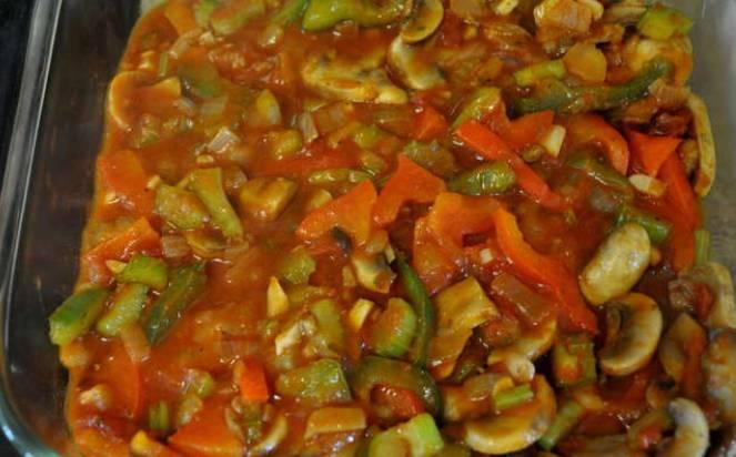 Перекладываем овощи с грибами в форму для запекания, смазанную маслом. Сверху кладем куриные бедрышки. Готовим 45 минут, температура 200 градусов.