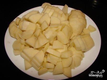 Почистим картошку, порежем ее небольшими кубиками. Добавим картошку в процеженный бульон, посолим и проварим минут 15.
