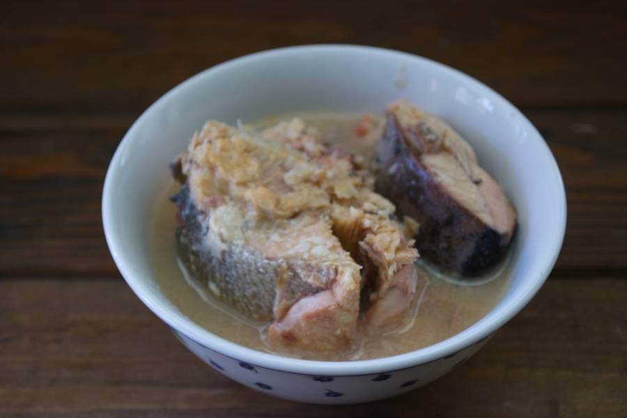 Откройте банку с горбушей в собственном соку. Если есть рыбный сок, слейте его в кипящий суп. Кусочки рыбы отложите. Имеющиеся крупные кости нужно выбрать.
