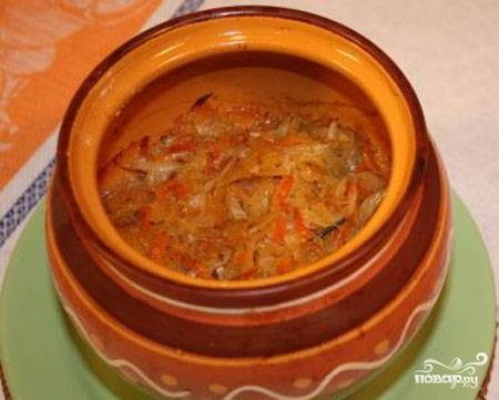 В горшочки выкладываем мясо с овощами со сковороды и нашинкованную капусту, добавляем соль и перец, если надо добавляем немного воды. Ставим горшочки в духовку на полчаса.