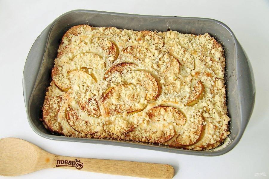 Готовность яблочного пирога со штрейзелем можно проверить деревянной шпажкой. Готовому пирогу дайте постоять в форме 15-20 минут, затем нарежьте его на порции и подавайте к столу.