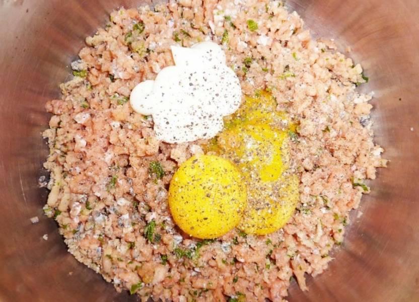 Промыв филе рыбы и просушив её на салфетке начинаем удалять кости. Далее нам потребуется мясорубка. Филе рыбы прокручиваем в мясорубке добавляя к ней зелень (петрушку), малую часть. В готовый фарш добавим желтки, сметану (майонез), морковь с луком, которую мы приготовили ранее, перец и соль по вкусу и всё это тщательно перемешиваем.
