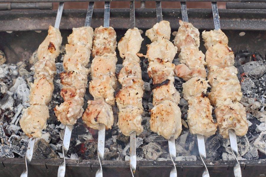 Маринованное мясо насадите на шампуры и отправьте на раскаленные угли. При условии хороших углей, шашлык будет готов уже через 7-10 минут.