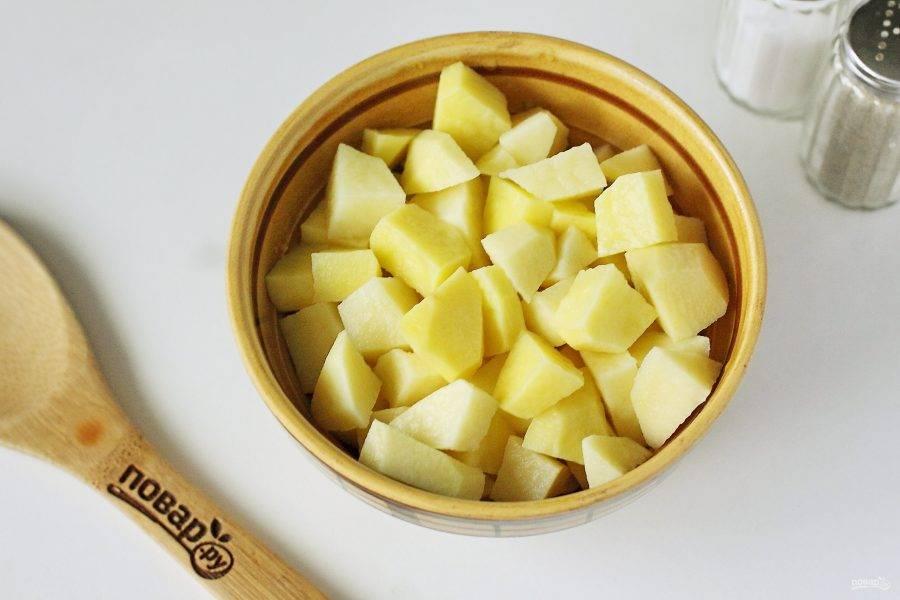 Картофель нарежьте небольшими кубиками.
