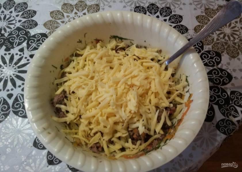 9.Твердый сыр натираю на крупной терке и добавляю к теплому фаршу, перемешиваю.