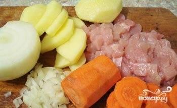 Грудку промойте и мелко нарежьте. Морковь с картофелем помойте, почистите, нарежьте кусочками. Лук почистите и измельчите.