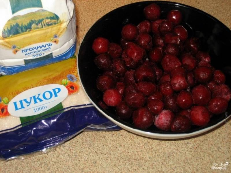 Для приготовления вишневого киселя необходимы - сахар, вода, крахмал и вишни. Вишни нужно помыть, перебрать от мусора, очистить от плодоножек и выбрать косточки из ягод.