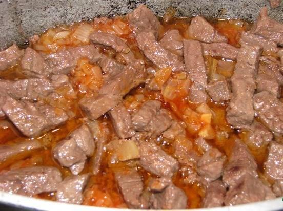 4. После того, как испарится вся жидкость, добавляем к мясу пасировку и тщательно все перемешиваем.