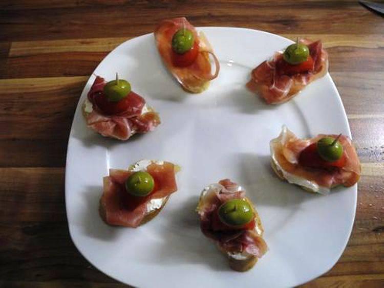 Затем половинку помидора черри. Наколите бутерброд на шпажку или зубочистку с оливкой. Все очень просто – можно подавать на стол.