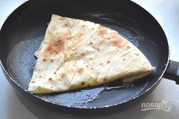 Выложите лаваш швом вниз на сковороду с растопленным сливочным маслом.