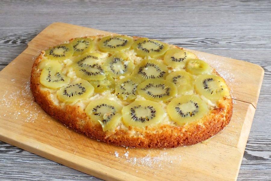 Блюдо или доску присыпьте сахарной пудрой. Аккуратно переверните пирог на блюдо или доску, чтобы фруктовый слой был сверху. Полностью охладите и подавайте на стол.