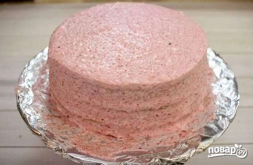 15. И собрать торт. Остатками крема тщательно промажьте верх и бока. Уберите торт в холодильник минимум на 3-4 часа, но лучше всего на ночь.