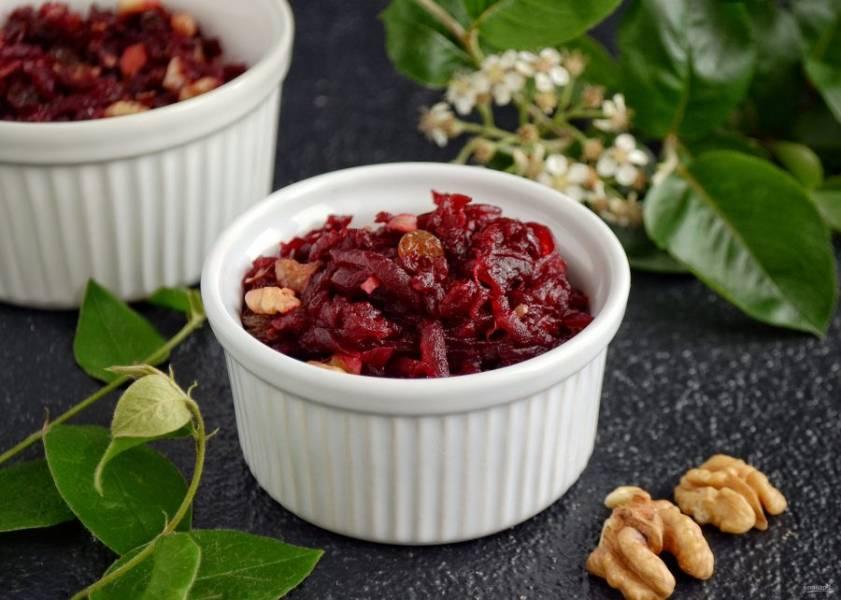 Салат из свеклы с изюмом и грецкими орехами готов, приятного аппетита!