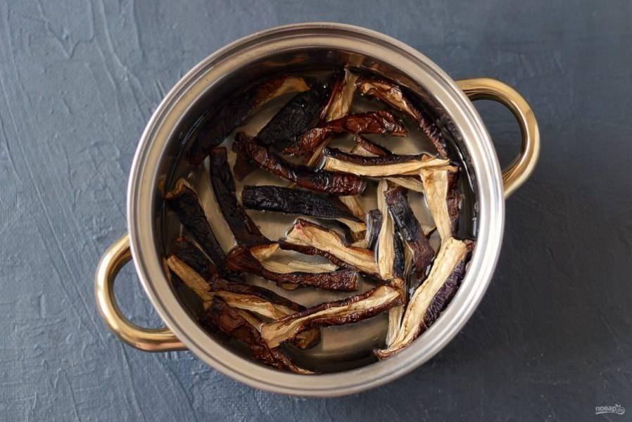 Сложите баклажаны в кастрюлю, залейте водой. Доведите до кипения и варите 7-10 минут на среднем огне.