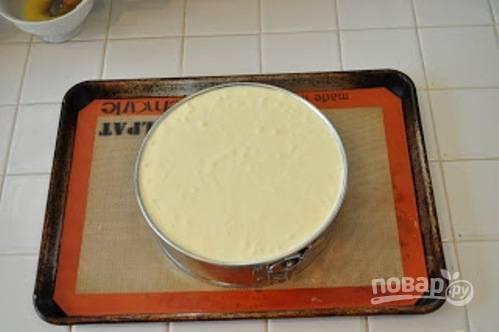 Потом добавьте яйца (по одному), взбивая каждый раз по 1-ой минуте. Готовую массу перелейте в основу из печенья.