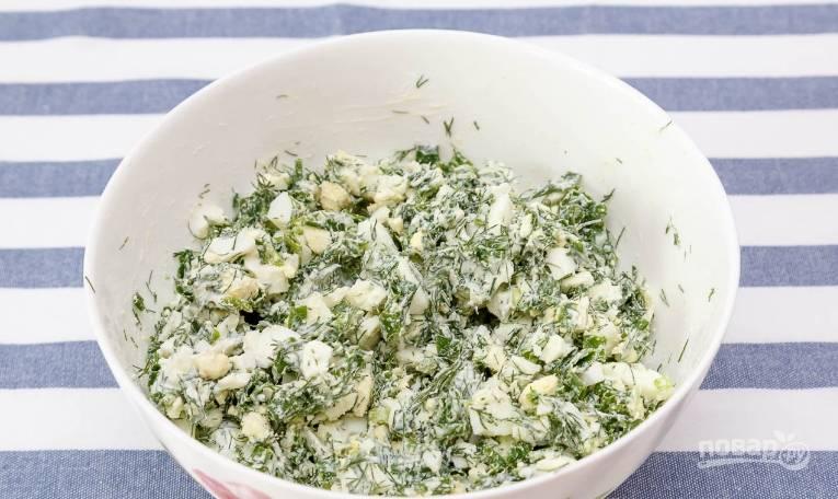 9. К начинке добавляю сметану, солю и перчу по вкусу, перемешиваю.