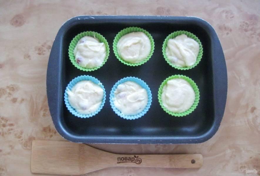 Приготовленное тесто разложите по формочкам для кексов.