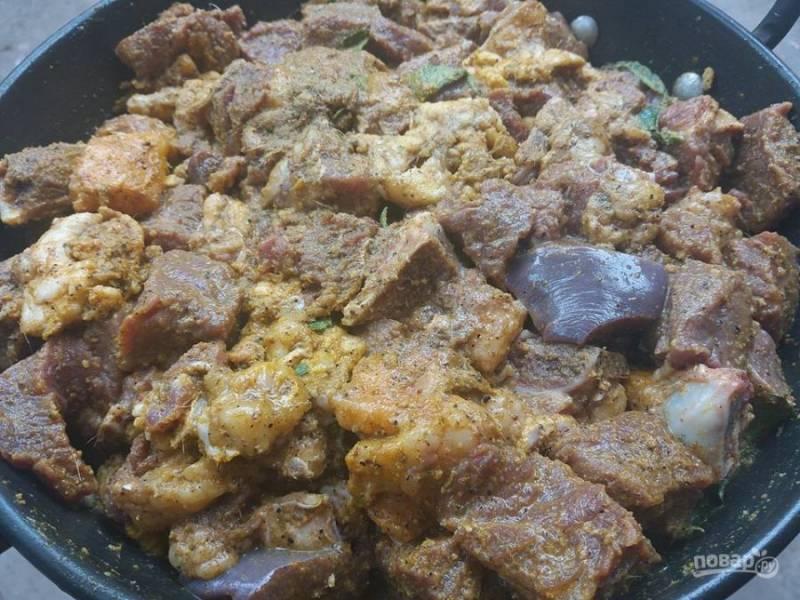 3. В блендере измельчите имбирь, чеснок, добавьте уксус и немного воды. Перемешайте специи с мясом, добавьте куркуму, листья карри и соль.