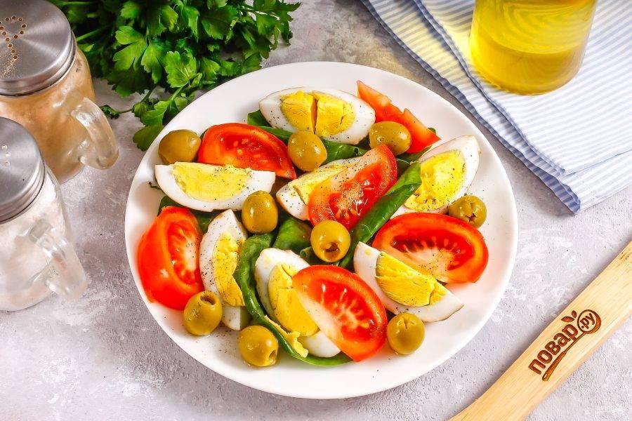 Посолите и поперчите блюдо, добавьте свежую зелень по вкусу.