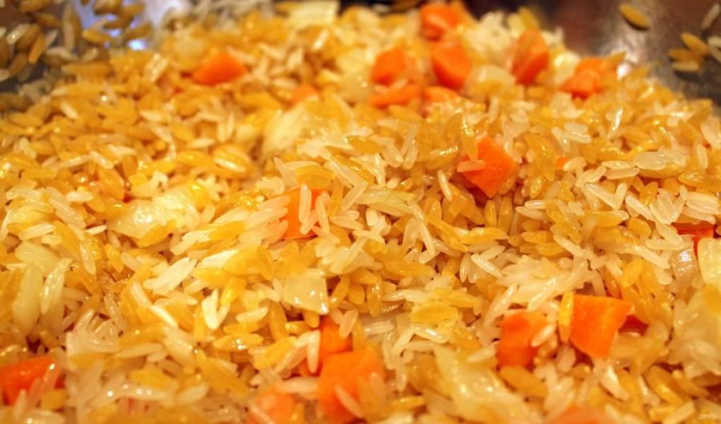В средней емкости нагрейте оливковое масло. Добавьте лук, чеснок и морковь, тушите в течение 5 минут до готовности. Добавьте уже отварной рис.