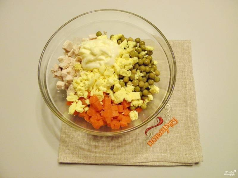 Сложите в салатник вареное мясо, желтки, морковь и горошек. Заправьте салат щепоткой соли и домашним соусом.