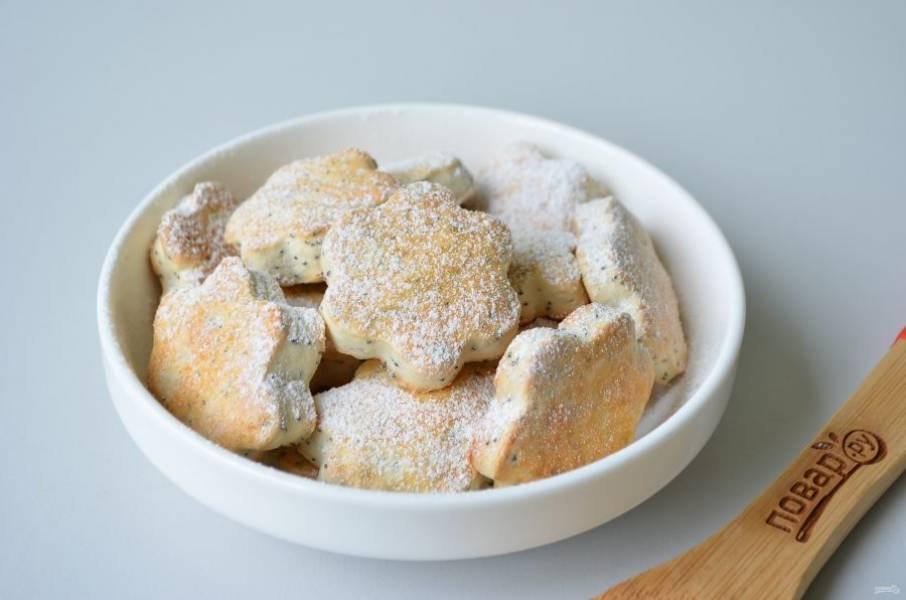 9. Готовые маковые коржики притрусите сахарной пудрой.