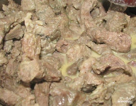 4.Поставьте на печь для тушения. При необходимости влейте растительное масло. После того, как мясо стало мягким, добавьте сливки. Тушите еще несколько минут.