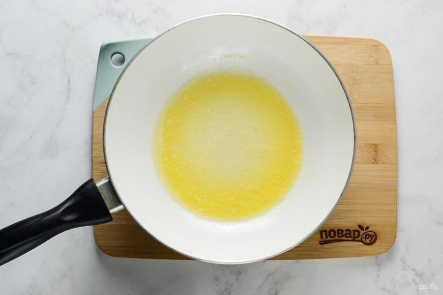 Сковороду разогрейте на среднем огне. Растопите кусочек сливочного масла.