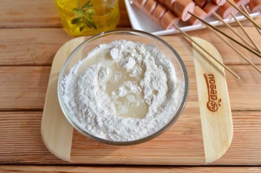 Из блинной смеси и воды приготовьте плотное тесто, разделите его на 8 частей.