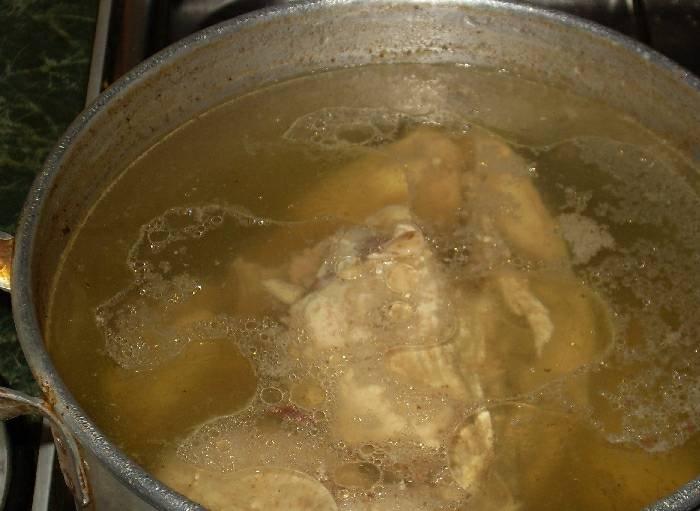 С окорочков удалите кожу и жир. Залейте холодной водой и варите до готовности. В кастрюлю на 3,5 литра я налил 2,5 литра воды.