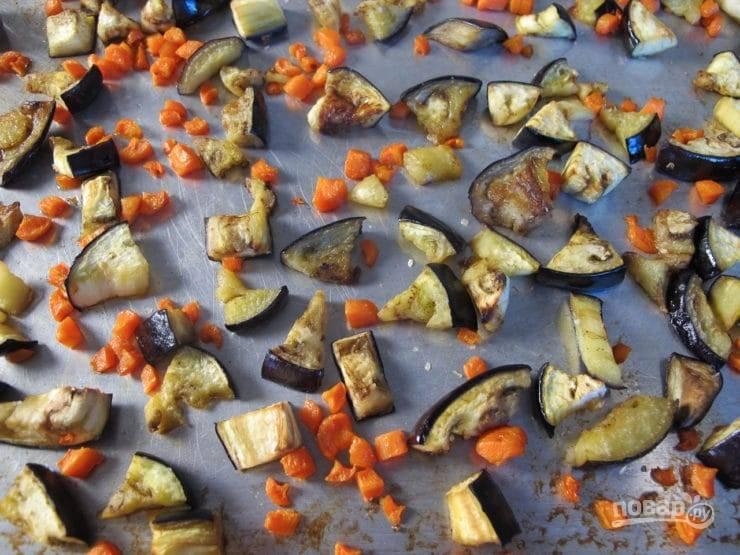 3. Запекайте овощи 10 минут в духовке при 220 градусах. Потом их перемешайте и вновь запекайте ещё 18 минут до мягкости.
