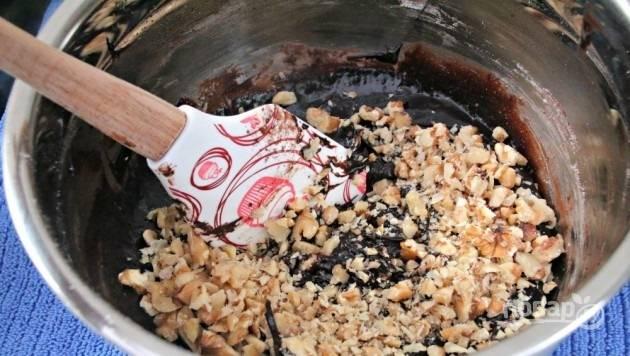 8.Нарежьте небольшими кусочками орехи, выложите их в миску к тесту.