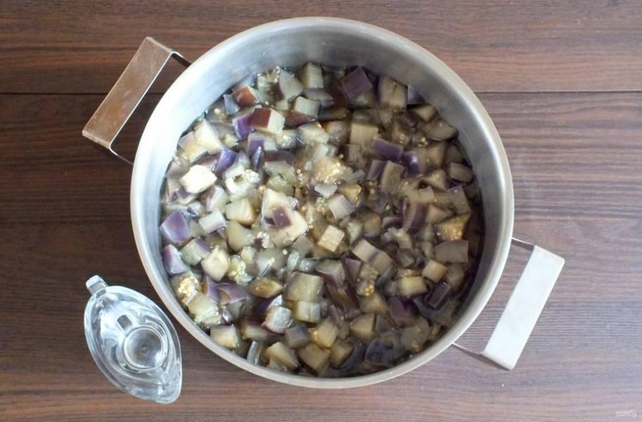 Добавьте в кипящий рассол баклажаны. Доведите до кипения, подержите 7 минут. Добавьте уксус. Еще раз доведите до кипения.