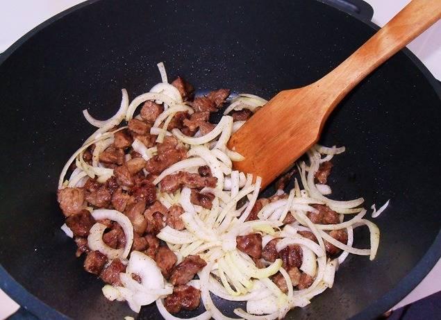 Для начала режем мясо на кусочки средние, обжариваем хорошенько с луком.