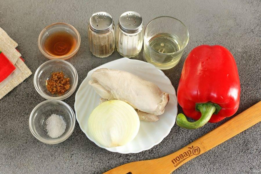 Подготовьте все ингредиенты. Куриное филе заранее отварите в подсоленной воде и охладите.