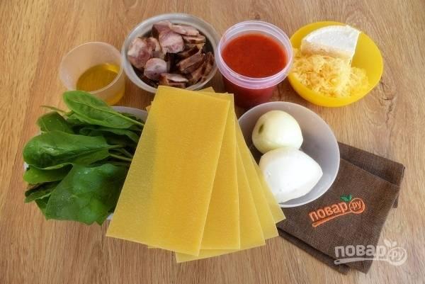 Подготовьте необходимые продукты. Зелень и овощи промойте под прохладной водой. Лук, чеснок очистите. Сыр натрите на мелкой терке.