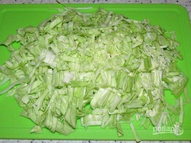 1. В этом салате можно заменять и добавлять другие ингредиенты. Например, вместо свежего огурца добавьте маринованный или вместо копченой курицы добавьте отварную грудку или ветчину. Итак, нарезаем пекинскую капусту.