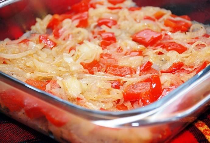 На филе ровным слоем выложить поджаренный лук и перец.