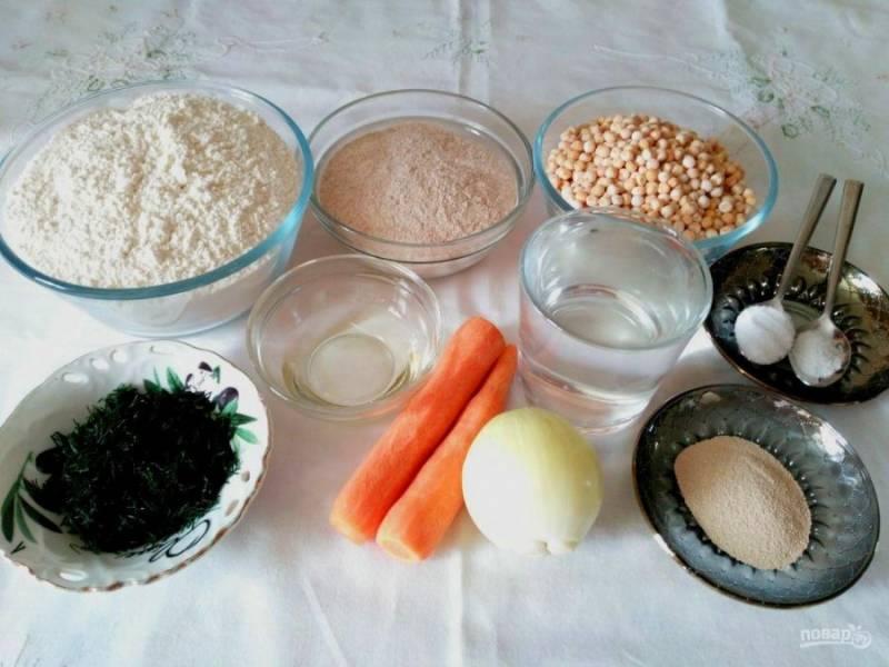 В первую очередь необходимо замочить горох в холодной воде на 4-5 часов (или на ночь). После этого подготовьте остальные ингредиенты, лук и морковь очистите, измельчите зелень укропа.