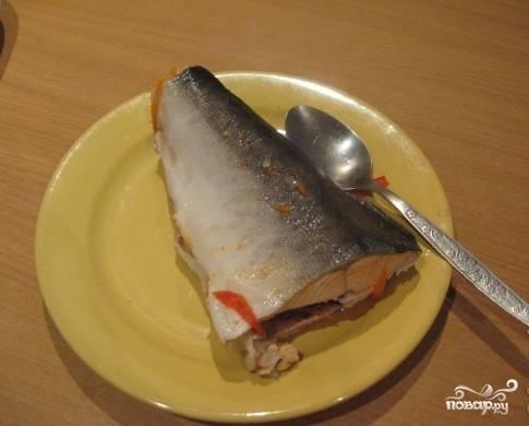 После того как рыба сварилась, достаем ее и выкладываем на тарелку.