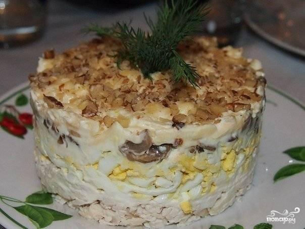 Салат с курицей, грибами и грецким орехом