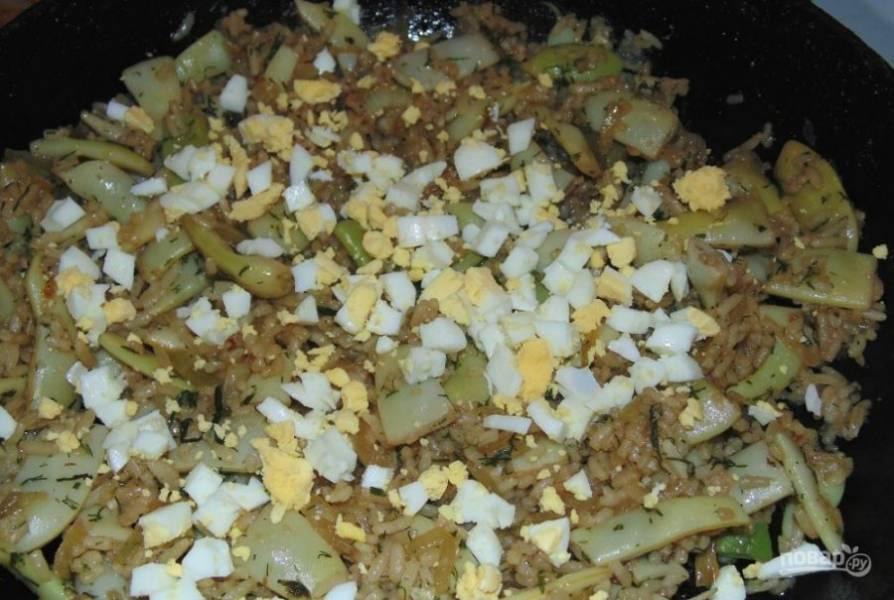 Выключите огонь и добавьте яйца. Оставьте гарнир под крышкой в сковороде на 25 минут.
