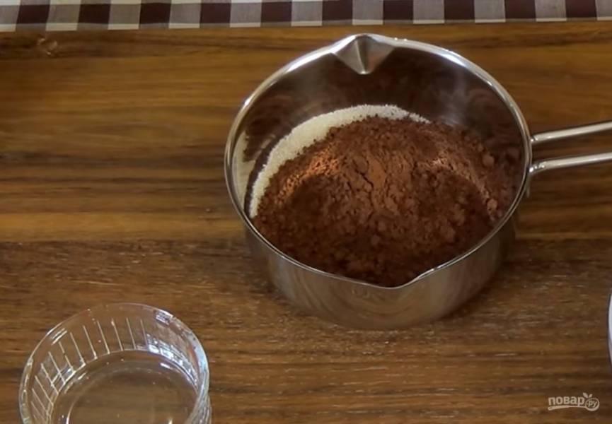 7. Приготовьте глазурь: смешайте желатин с водой и оставьте для набухания. В кастрюле смешайте сахар и какао-порошок, добавьте воду и сливки. Поставьте на огонь и после закипания проварите на малом огне 10 минут, постоянно помешивая.