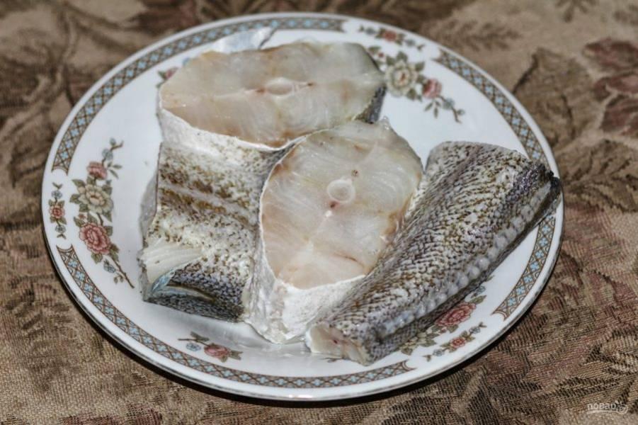 Рыбу почистите и хорошенько промойте. Затем обсушите ее и нарежьте на стейки около трех сантиметров толщиной. Натрите треску солью и перцем, сбрызните лимонным соком.