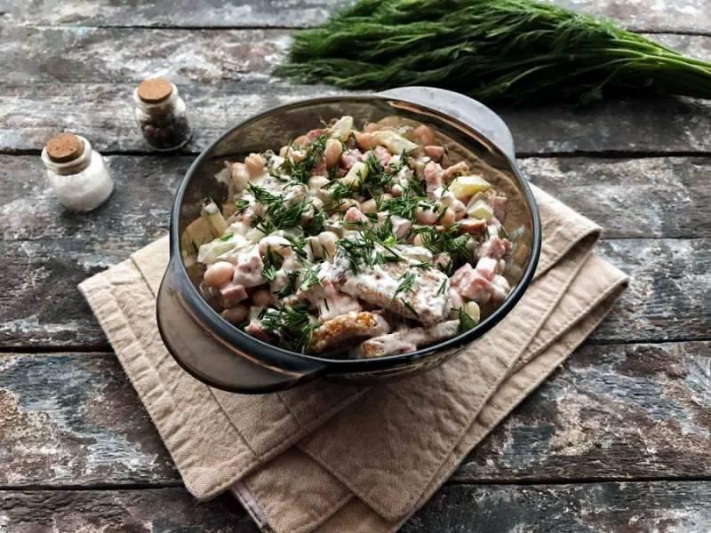 Салат с консервированной фасолью и колбасой готов. Приятного аппетита!