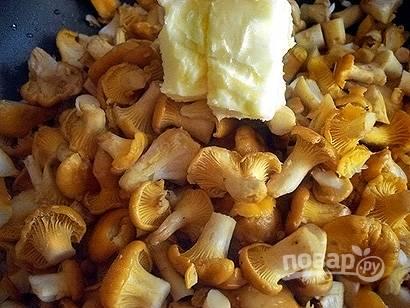 Промойте и разрежьте лисички, если они крупные, поместите грибы в сотейник, добавьте сливочное масло, приправьте щепоткой соли и обжарьте на среднем огне до мягкости и золотисто-коричневого цвета. Грибы содержат много воды, поэтому не закрывайте крышку и дайте жидкости выпариться.