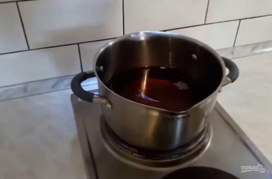 2. Сок необходимо слить и поставить на плиту. Доведите до кипения и кипятите 2-3 минуты, после чего залейте им клубнику. Тем временем простерилизуйте банки, залейте их и крышечки кипятком.