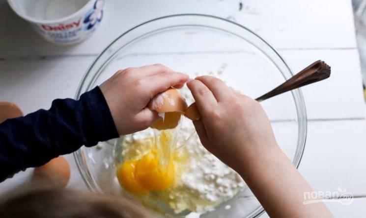2.Вмешайте по одному куриные яйца (если большие, то хватит двух, а если маленькие, то используйте 3 штуки).
